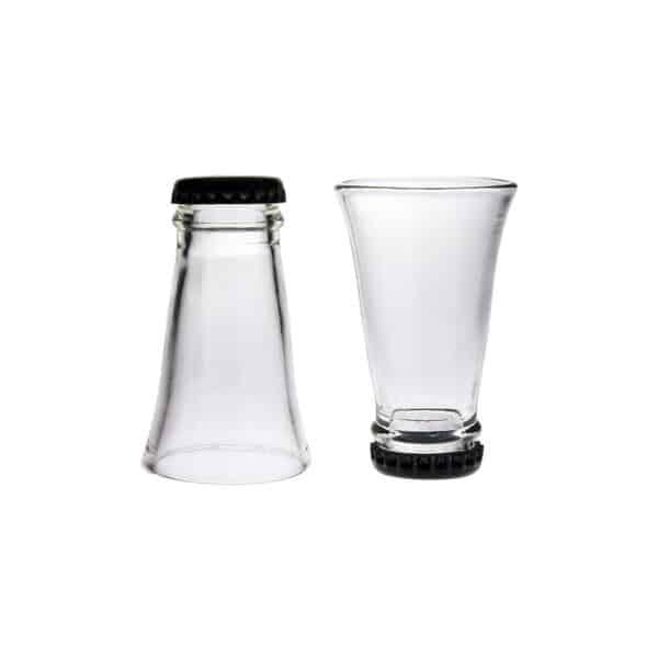 Snapsglas tillverkade av flaskhalsar, med svart kapsyl.