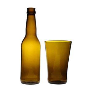 Frilagd bild på stapelbart glas i brunt glas, tillsammans med flaskan det är tillverkat av