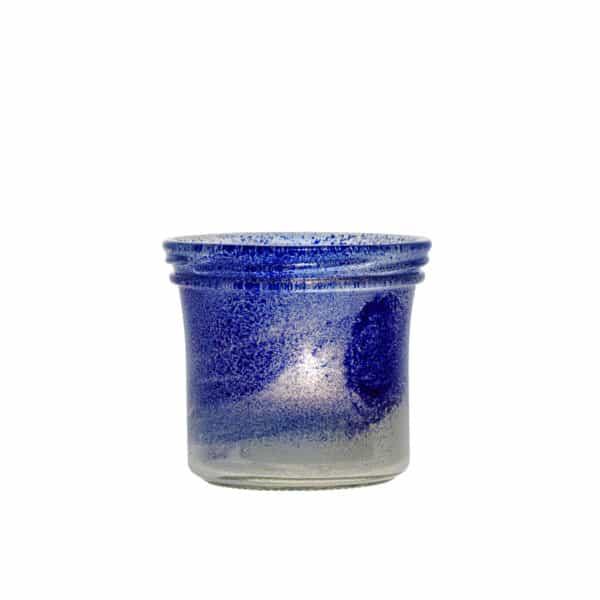 Ljuslykta gjord av en senapsburk med vit och blå färg