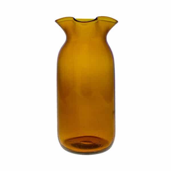 Brun glaskanna tillverkad av gammal mjölkflaska