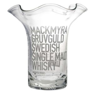Frilagd bild på vas med vågig kant, tillverkad av en Mackmyra gruvguld-flaska